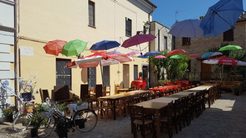 Een echt Italiaans straatje, vlakbij camping agriturismo Quarantaquattro